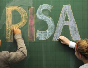 """Schüler eines Gymnasiums in Bayern schreiben das Wort """"Pisa"""" an eine Tafel. Foto: Armin Weigel/Symbols"""